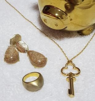 dourado; chave; cofre; anel; brinco; colar